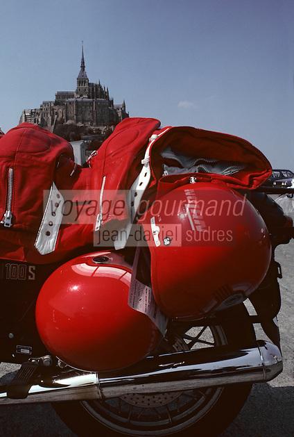 Europe/France/Normandie/Basse-Normandie/50/Manche: Moto et casques de moto devant le Mont Saint-Michel
