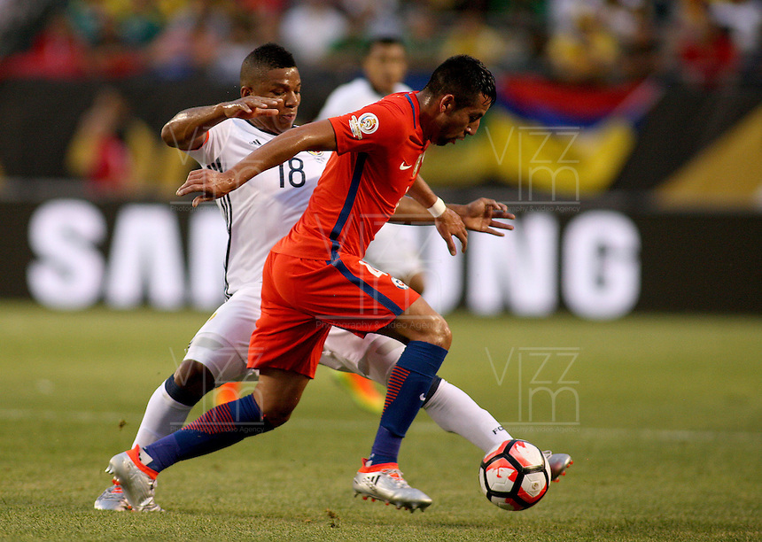 CHICAGO - UNITED STATES, 22-06-2016: Frank Fabra (Izq) jugador de Colombia (COL) disputa el balón con Mauricio Isla (Der.) jugador de Chile (CHI) durante partido porla semifinal  entre Colombia (COL) y Chile (CHI)  por la Copa América Centenario USA 2016 jugado en el estadio Soldier Field en Chicago, USA.  / Frank Fabra  (R) player of Colombia (COL) fights the ball with Mauricio Isla (R) player of Chile  (CHI) during a match for the quarter of finals between Colombia (COL) and Chile  (CHI) for the Copa América Centenario USA 2016 played at Soldier Field  stadium in Chicago, USA. Photo: VizzorImage/ Luis Alvarez /Cont.