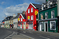 Ireland, County Kerry, The Dingle Peninsula, Dingle: Pubs and hotels along Strand Street | Irland, County Kerry, Dingle Halbinsel, Dingle: Pubs und Laeden im Ortszentrum
