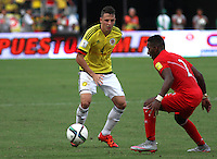 BARRANQUILLA  - COLOMBIA - 8-10-2015:Santiago Arias jugador de la seleccion Colombia  disputa el balon con  Jair Cespedes la seleccion Peru durante primer partido  por por las eliminatorias al mundial de Rusia 2018 jugado en el estadio Metropolitano Roberto Melendez  / : Santiago Arias  player of Colombia  fights for the ball with Jair Cespedes of selection of Peru during first qualifying match for the 2018 World Cup Russia played at the Estadio Metropolitano Roberto Melendez. Photo: VizzorImage / Felipe Caicedo / Staff.