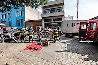 SAO PAULO, SP, 06 DE AGOSTO 2012 - ACIDENTE DE TRANSITO - CAPOTAMENTO - Acidente envolvendo dois veículos um deles com a colicao  veio a capotar, duas vitimas ficaram feridas, encaminhadas ao Pronto Socorro da Vila Maria e Vergueiro, acidente no bairro do Belem  região leste da capital paulista, nesta segunda-feira, 06. FOTO: WILLIAM VOLCOV - BRAZIL PHOTO PRESS.