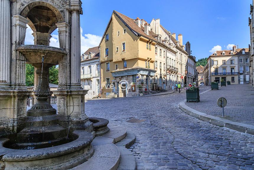 France, Saône-et-Loire (71), Autun, fontaine et rue pavée autour de la cathédrale // France, Saone et Loire, Autun, place and medieval houses around the cathedral