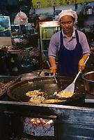 Asie/Thaïlande/Chiang Mai : Dans le night Bazaar - Cuisine d'un restaurant de rue