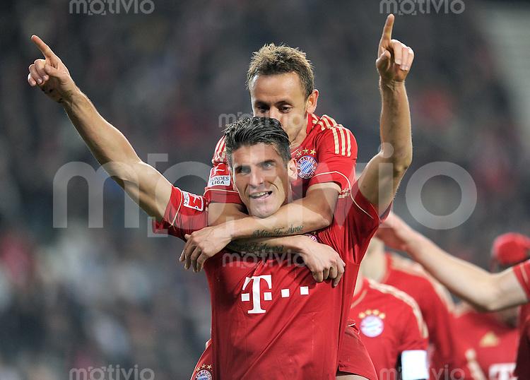 Fussball 1. Bundesliga:  Saison   2011/2012    16. Spieltag VfB Stuttgart - FC Bayern Muenchen  11.12.2011 Jubel nach dem Tor zum 1:2 Mario Gomez , oben auf Rafinha (FC Bayern Muenchen)