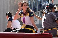 SAO PAULO, 13 DE AGOSTO DE 2012 - CARREATA VOLEI FEMININO - Jogadora Jaqueline da Selecao Feminina de Volei, que ganhou ouro nos jogos olimpicos de Londres, durante passeata na Avenida Paulista, regiao central da capital, na tarde desta segunda feira (13). FOTO: ALEXANDRE MOREIRA - BRAZIL PHOTO PRESS