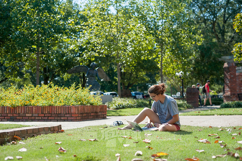 fall weather students<br />  (photo by Robert Lewis / &copy; Mississippi State University)