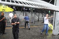 SÃO PAULO, SP, 29.11.2015 - FUVEST-SP - Barbara Sousa Fernandes, 18 anos foi informada na sala de aula que o local de prova estava errado sendo que a mesma mostra o print do local no seu celular para a 1ª fase da Fuvest 2016, na Uninove no bairro da Barra Funda região oeste de São Paulo neste domingo, 29. (Foto: Marcos Moraes/Brazil Photo Press)