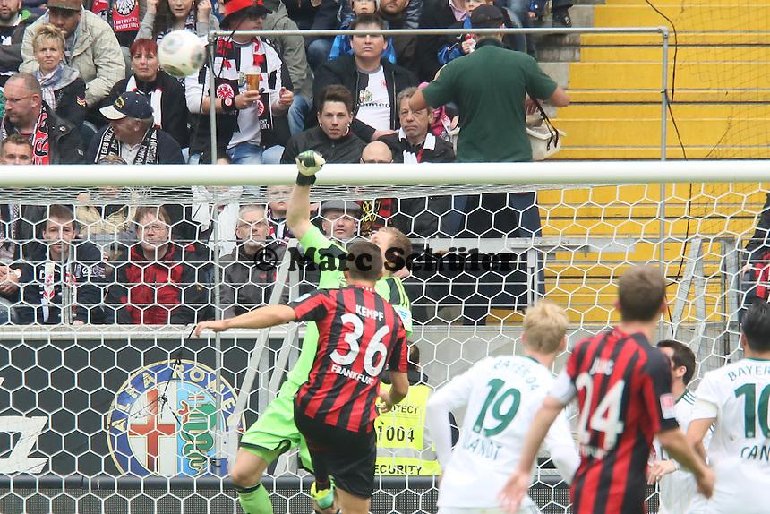 Bernd Leno (Bayer) klaert gegen Marc Oliver Kempf (Eintracht) - Eintracht Frankfurt vs. Bayer Leverkusen, Commerzbank Arena