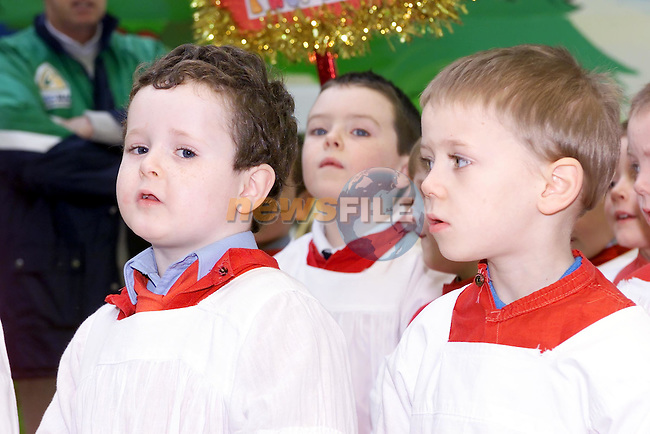 children from St patricks School singing in drogheda town centre..Picture Fran Caffrey Newsfile.
