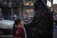 June 22, 2014 - Yazd (Iran). A mother coddles her daughther in the streets of Yazd. © Thomas Cristofoletti / Ruom