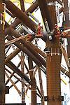 Foto: VidiPhoto<br /> <br /> VLISSINGEN – Een woud van staal, 36 zogenoemde jackets, wordt op dit moment in het Sloegebied bij Vlissingen gereed gemaakt voor transport naar de Engelse kust. De windmolenfundaties -gemaakt door Lamprell in Dubai- zijn bestemd voor de bouw van East Anglia One, een windmolenpark van 102 windmolens bij Norwich. De jackets -die per stuk 1000 ton wegen- en 306 ankerpalen worden overgeslagen bij Bow Terminal, waar ze ook de laatste technische aanpassingen ondergaan. Ook het verticale en horizontale transport neemt de BOW Terminal voor zijn rekening. De 102 windmolens leveren straks 714 megawatt aan energie, voldoende om een half miljoen huishoudens van stroom te voorzien. De Vlissingse Bow Terminal, een onderdeel van de Kloosterboer Groep, sloot begin 2017 een contract met de eigenaar van het windmolenpark, ScottishPower Renewables. De BOW Terminal is het logistieke manusje van alles voor het windpark. Vlissingen is de afgelopen jaren uitgegroeid tot een springplank voor de bouw van windparken op zee.