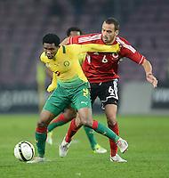 FUSSBALL   INTERNATIONAL   Testspiel    Albanien - Kamerun       14.11.2012 Samuel Eto o (li, Kamerun) am Ball gegen Debatik Currj (Albanien)
