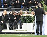 Am heutigen Sonntag (15.11.2009) nahmen die Fans und Freunde des am 10.11.2009 verstorbenen Nationaltorwartes Robert Enke ( Hannover 96 ) Abschied. In der groessten Trauerfeier nach Adenauer kamen rund 100.000 Träuergaeste zur AWD Arena. Zu den VIP zählten u.a. Altkanzler Gerhard Schroeder, Bundestrainer Joachim Loew und die aktuelle DFB Nationalmannschaft, sowie Vertreter der einzelnen Bundesligamannschaften und ehemalige Vereine, in denen er gespielt hat. Der Sarg wurde im Mittelkreis des Stadions aufgebahrt. Trauerreden hielten u.a. MIniterpräsident Christian Wulff, DFB Präsident Theo Zwanziger , Han. Präsident Martin Kind <br /> <br /> <br /> Foto:   Terese Enke bricht bei der Rede von MP Wulff zusammen<br /> <br /> Foto: © nph ( nordphoto )  <br /> <br />  *** Local Caption *** Fotos sind ohne vorherigen schriftliche Zustimmung ausschliesslich für redaktionelle Publikationszwecke zu verwenden.<br /> Auf Anfrage in hoeherer Qualitaet/Aufloesung