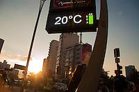 SÃO PAULO-SP-17.11.2014-CLIMA TEMPO SÃO PAULO- A temperatura ficou em média de 20° no fim de tarde na Avenida Paulista,nessa segunda-feira,17.Região centro sul da cidade de São Paulo.(Foto;Kevin David/Brazil Photo Press)