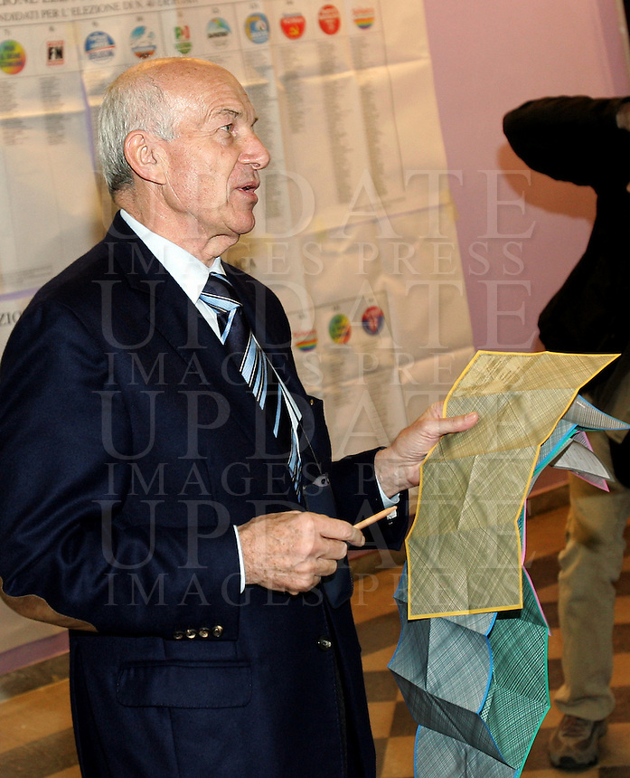 Il candidato premier de La Sinistra L'Arcobaleno Fausto Bertinotti si avvia con le schede elettorali alla cabina di un seggio elettorale a Roma, 13 aprile 2008, per votare in occasione delle elezioni politiche ed amministrative..Candidate Premier for La Sinistra L'Arcobaleno (The Left - The Rainbow) Fausto Bertinotti holds his ballots as he makes his way to the box in a polling station in Rome, 13 aprile 2008, to vote. Italians are voting in local and political elections..UPDATE IMAGES PRESS/Riccardo De Luca