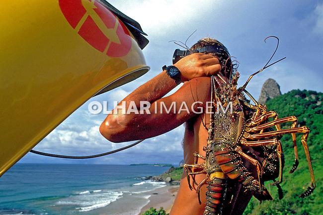 Pescador em telefone público, Fernando de Noronha. 1986. Foto de Salomon Cytrynowicz.