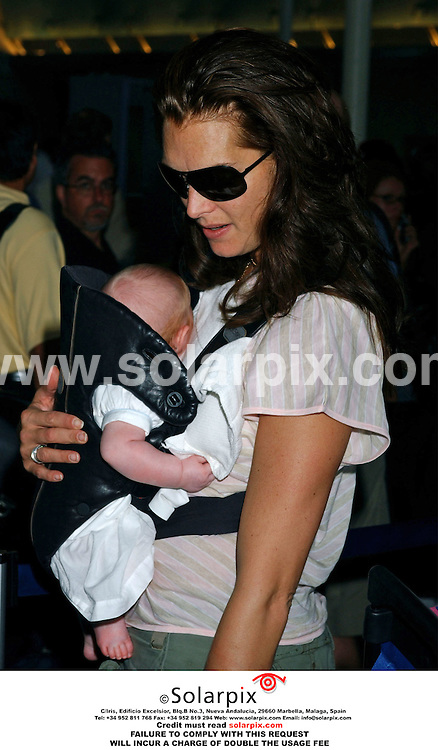 ALL ROUND PICTURES FROM SOLARPIX.COM. .Brooke Shields arrives at Los Angeles Airport bound for New York with baby daughter, Grier Hammond Henchy on 17.07.06. Job Ref: 2590/GLS.  .MUST CREDIT SOLARPIX OR DOUBLE USAGE FEE CHARGED..