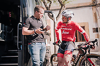 John Degenkolb (DEU/Trek-Segafredo) &amp; DS Steven de Jongh ahead of the first race of teh new season<br /> <br /> 27th Challenge Ciclista Mallorca 2018<br /> Trofeo Campos-Porreres-Felanitx-Ses Salines: 176km