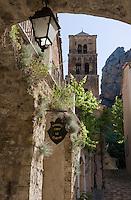 Europe/France/Provence-Alpes-Cote d'Azur/04/ Alpes de Haute-Provence/Moustiers-Ste-Marie: Eglise avec son clocher roman-lombard et ruelle