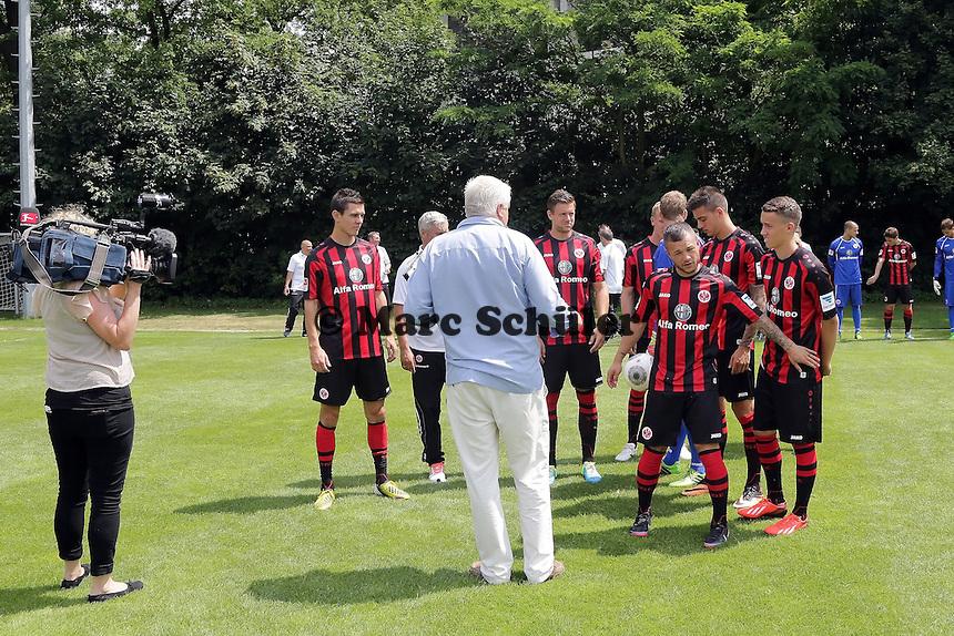 Neuzugänge werden aufgestellt - Eintracht Frankfurt Mannschaftsfoto 2013/14