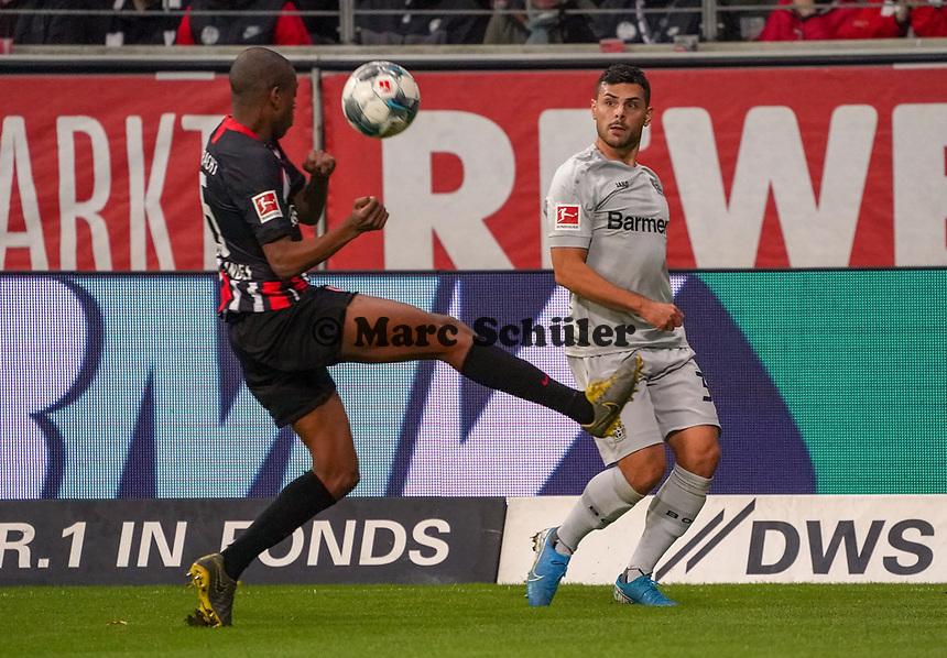 Gelson Fernandes (Eintracht Frankfurt) blockt die Flanke von Kevin Volland (Bayer Leverkusen) - 18.10.2019: Eintracht Frankfurt vs. Bayer 04 Leverkusen, Commerzbank Arena, <br /> DISCLAIMER: DFL regulations prohibit any use of photographs as image sequences and/or quasi-video.
