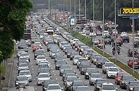 SÃO PAULO, SP, 17.10.2014 – TRÂNSITO EM SÃO PAULO: Trânsito na Av. 23 de Maio, próximo ao Parque do Ibirapuera, zona sul de São Paulo na tarde desta sexta feira. (Foto: Levi Bianco / Brazil Photo Press).