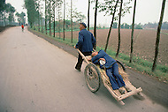 October 1984. Si Shuan Province, in the village of Xing Du, in the county of Guangham, this is how a wounded or a very ill person is transported to the nearest infirmery.