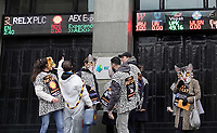 Nederland - Amsterdam - 2020.  De FNV roept vandaag op Fat Cat Day de veertien meest invloedrijke CEO's van ons land op om zich uit te spreken voor een hoger minimumloon. De meeste van deze CEO's hebben 5 januari al het bedrag verdiend waar een minimumloner een heel jaar voor moet werken. Veertien mensen in kattenpakken lopen vandaag vanaf het Centraal Station in Amsterdam naar het Beursplein. Daar is een expositie ingericht over de grootverdieners.    Foto mag niet in negatieve / schadelijke context voor de gefotografeerde actievoerders gepubliceerd worden.      Foto Berlinda van Dam / Hollandse Hoogte