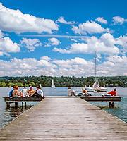 Deutschland, Bayern, Oberbayern, Starnberger See: junge Leute sitzen auf einem Bootssteg | Germany, Bavaria, Upper Bavaria, Lake Starnberg: young people sitting on landing stage
