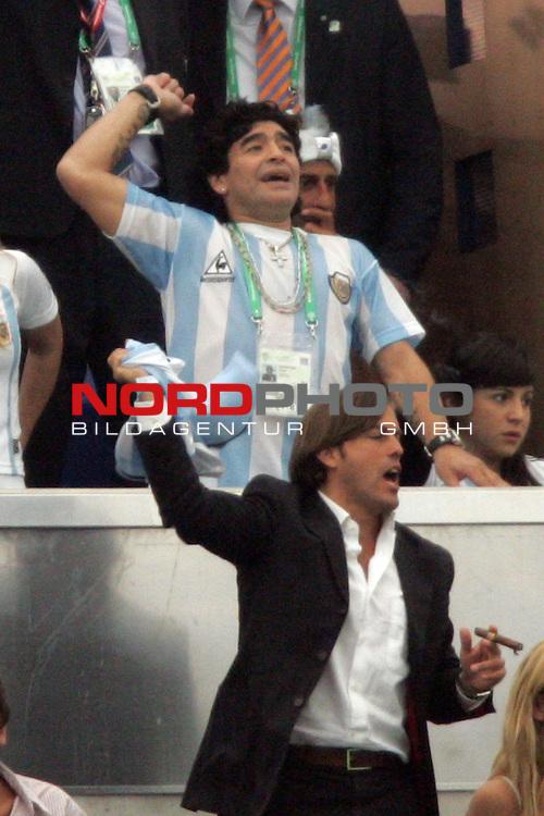 FIFA WM 2006 -  Gruppe C Vorrunde ( Group C )<br /> Play   #21 (16-Jun) - Agrentinien - Serbien / Montenego<br /> <br /> Diego Maradona (oben) von Argentinien lebt das Spiel auf der Trib&uuml;ne.<br /> <br /> Foto &copy; nordphoto