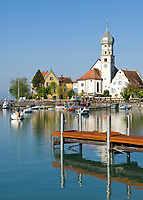 DEU, Deutschland, Bayern, Bayerisch Schwaben, Bodensee, Luftkurort Wasserburg: mit Pfarrkirche St. Georg | DEU, Germany, Bavaria, Bavarian Swabia, Lake Constance, Wasserburg: with parish church St. George