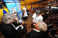 SKÛTSJESILEN: GROU: 17-07-2015, Traditionele loting voor de wedstrijden bij De Veenhoop en Earnewâld, Douwe Jzn Visser (Sneek) trekt zijn lootje uit de schipperspet van wijlen Fokke Wijkstra, ©foto Martin de Jong