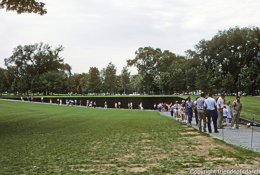 Washington D.C. : Vietnam War Memorial. Maya Ying Lin, 21 year old Yale Architectural student, Athens, O.  Photo '85.