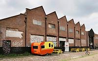 Nederland Amsterdam  2017 -  Straatbeeld Amsterdam Noord. Caravan bij oude fabriekspanden. . Foto Berlinda van Dam / Hollandse Hoogte