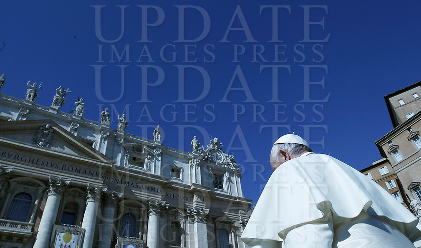 Pope Francis arrives for an audience to the Vincentian family on the 400th centenary of the Vincentian Charism in St. Peter's Square at the Vatican, on October 14, 2017.<br /> UPDATE IMAGES PRESS/Isabella Bonotto<br /> <br /> STRICTLY ONLY FOR EDITORIAL USE