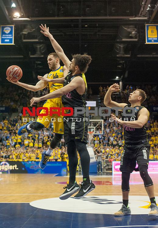 16.05.2017, EWE Arena, Oldenburg, GER, BBL, EWE Baskets Oldenburg vs medi Bayreuth, im Bild<br /> <br /> Assem MARI, Robin AMAIZE ( medi Bayreuth #50, #15  )<br /> Vaughn DUGGINS (EWE Baskets Oldenburg #44 )<br /> Foto &copy; nordphoto / Rojahn