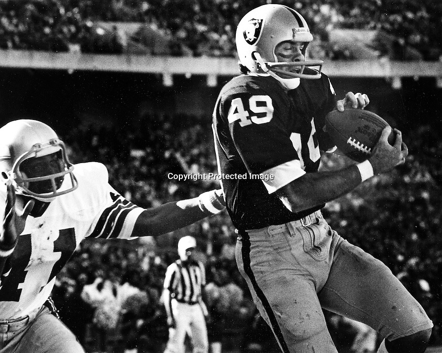 Oakland Raider receiver MIke Siani grabs TD pass.<br />(1973 photo by Ron Riesterer)