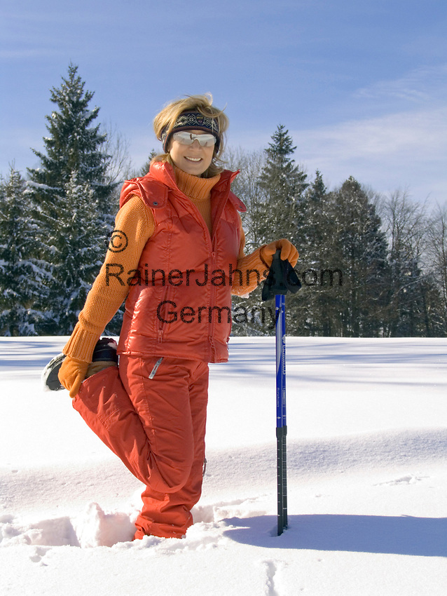 Deutschland, Frau beim Nordic Walking im Winter - Dehnuebung   Germany, woman doing nordic walking in winter - stretching
