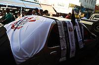 SAO PAULO, 04 DE JULHO DE 2012 - TORCIDA CORINTHIANS - Venda de bandeiras do Corinthians na regiao da 25 de marco, centro da capital na tarde desta quarta feira, vespera da final da Libertadores da America. FOTO: ALEXANDRE MOREIRA - BRAZIL PHOTO PRESS