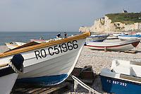 Europe/France/Haute-Normandie/76/Seine Maritime/Etretat:la plage de galets et les barques des pécheurs et la Chapelle Notre-Dame -de-la-Garde