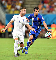 FUSSBALL WM 2014  VORRUNDE    Gruppe D     England - Italien                         14.06.2014 Gary Cahill (England) gegen Marco Parolo (re, Italien)