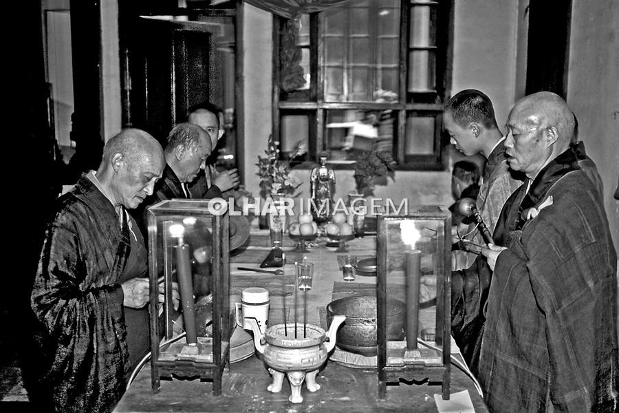 Culto budista em Hangzhou, China. 1994. Foto de Nair Benedicto.