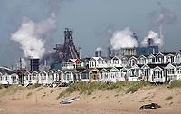 Nederland IJmuiden 2019. Strandhuisjes in IJmuiden. Op de achtergrond Tata Steel, de vroegere hoogovens. Foto Berlinda van Dam / Hollandse Hoogte
