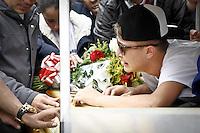 SÃO PAULO,SP,22.04.2014 - ENTERRO IRMÃO MC GUI - Familiares e amigos durante enterro de Gustavo Matheus Castanheira Alves irmão do funkeiro Mc Gui no cemiterio da Vila Alpina na manhã desta terça-feira (22).(Foto Ale Vianna/Brazil Photo Press).