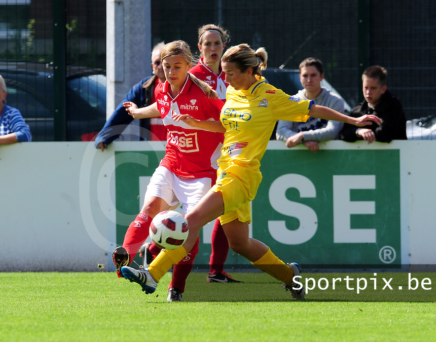 Supercup seizoen 2011 - 2012 ; Kampioen Standard Femina tegen Bekerwinnaar Waasland Beveren Sinaai Girls : Vicky Tas in duel met Julie Biesmans.foto DAVID CATRY / Vrouwenteam.be