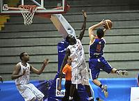 BOGOTA - COLOMBIA: 20-09-2013: Jeffrey Addai (Izq.) de Piratas de Bogotá, disputa el balón con Gian Bacci (Der.) de Guerreros de Bogota, septiembre 20 de 2013. Piratas de Bogotá  y Guerreros de Bogota disputaron partido de la fecha 17 de la fase I de la Liga Directv Profesional de Baloncesto 2 en partido jugado en el Coliseo El Salitre. (Foto: VizzorImage / Luis Ramirez / Staff). Jeffrey Addai (L) of Piratas from Bogota disputes the ball with Gian Bacci (R) from Guerreros de Bogota , September 20, 2013. Piratas de Bogotá and Guerreros de Bogota disputed a match for the 17 date of the Fase II of the League of Professional Directv Basketball 2 game at the Coliseo El Salitre. (Photo. VizzorImage / Luis Ramirez / Staff)