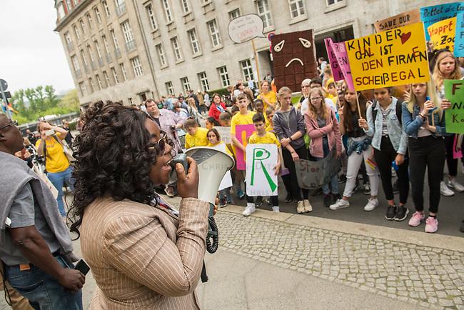 """Anlaesslich der 4. Weltkakaokonferenz vom 22.-25. April in Berlin demonstrierten INKOTA-netzwerk, die Initiative """"SchokoFair - Stoppt Kinderarbeit!"""", STOP THE TRAFFIK und das Forum Fairer Handel am Montag, den 23. April und Schueler unter dem Motto """"Armut beenden, Kinderarbeit stoppen!"""" fuer einen fairen Handel mit Kakao.<br /> Nach Expertenberichten arbeiten bereits etwa zwei Millionen Kinder auf Kakaoplantagen in Westafrika. Durch den Preisverfall des Kakaos seit Ende 2016 besteht die Gefahr, dass Kinderarbeit weiter zunimmt.<br /> Die Organisationen und Schueler forderten auf der Demonstration die Schokoladenindustrie und die Regierungen der Kakaoanbau und -konsumlaender zu wirksamen Maßnahmen, um die Armut der Bäuerinnen und Bauern zu beenden auf und Kinderarbeit zu stoppen.<br /> Im Bild: Sandra Kwabea Sarkwah von der Menschenrechtsorganistion SEND aus Ghana, Teilnehmerin der Weltkakaokonferenz, spricht zu den Demonstranten.<br /> 23.4.2018, Berlin<br /> Copyright: Christian-Ditsch.de<br /> [Inhaltsveraendernde Manipulation des Fotos nur nach ausdruecklicher Genehmigung des Fotografen. Vereinbarungen ueber Abtretung von Persoenlichkeitsrechten/Model Release der abgebildeten Person/Personen liegen nicht vor. NO MODEL RELEASE! Nur fuer Redaktionelle Zwecke. Don't publish without copyright Christian-Ditsch.de, Veroeffentlichung nur mit Fotografennennung, sowie gegen Honorar, MwSt. und Beleg. Konto: I N G - D i B a, IBAN DE58500105175400192269, BIC INGDDEFFXXX, Kontakt: post@christian-ditsch.de<br /> Bei der Bearbeitung der Dateiinformationen darf die Urheberkennzeichnung in den EXIF- und  IPTC-Daten nicht entfernt werden, diese sind in digitalen Medien nach §95c UrhG rechtlich geschuetzt. Der Urhebervermerk wird gemaess §13 UrhG verlangt.]"""