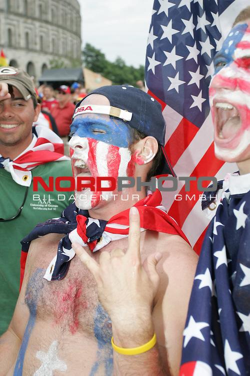 FIFA WM 2006 -  Fan Meile Nuernberg<br /> <br /> USA - Ghana<br /> <br /> USA Fan feiern am Volksfestplatz (im Gesicht mit USA Farben geschminkt)<br /> <br /> Foto: nordphoto
