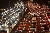 ATENÇÃO EDITOR: FOTO EMBARGADA PARA VEÍCULOS INTERNACIONAIS. SAO PAULO, 18 DE SETEMBRO DE 2012 - TRANSITO SP - Transito pesado na Avenida 23 de maio, nos dois sentidos, altura do Paraiso, regiao central da capital no inicio da noite desta sexta feira. FOTO: ALEXANDRE MOREIRA - BRAZIL PHOTO PRESS