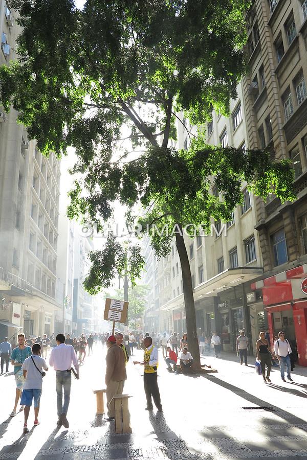 Pedestres na rua Barao de Itapetininga, Sao Paulo. 2017. Foto de Juca Martins.